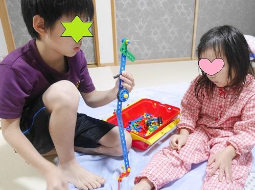 ボーネルンドの工具のおもちゃで遊んでいる兄弟