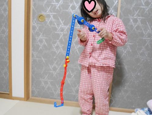 ボーネルンドの工具のおもちゃで釣りを楽しんでいる女の子