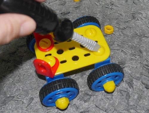 工具のおもちゃで車を作る6歳の男の子
