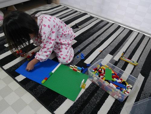 レゴで一人遊びをしている4歳の女の子