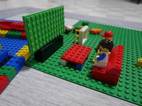 レゴのグリーンの基礎版の上に、テレビとソファを作る。