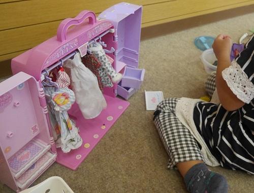 リカちゃん人形のドレスルームで遊んでいる4歳女の子