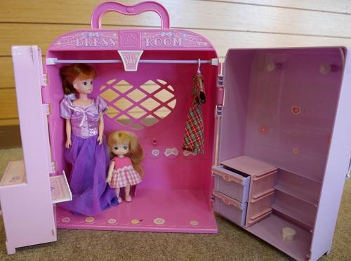 リカちゃんドレスルームの中にリカちゃん人形と子供人形が入っているところ