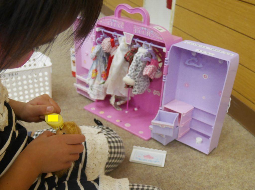 リカちゃんのドレスルームで遊んでいる4歳の女の子