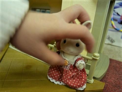 シルバニアのショコラウサギの頭をわしづかみにする、3歳女の子
