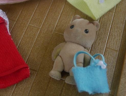 シルバニアの熊の赤ちゃんの人形が服を脱いでいるところ