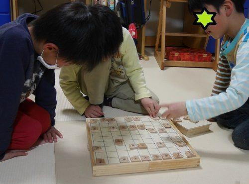 将棋の対戦をしている保育園児