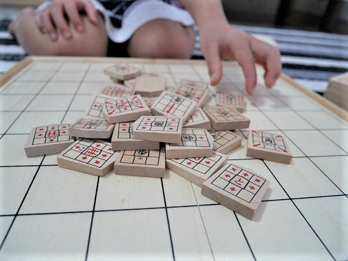 将棋崩しで遊んでいる子供