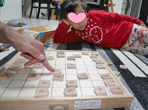 くもんのスタディ将棋でつまらない顔をしている女の子