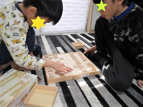 スタディ将棋で対戦している小学生の男の子