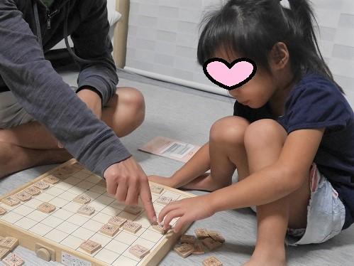 スタディ将棋で大人と対戦する4歳女の子