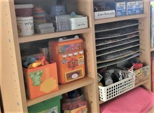 箱重ねのおもちゃや自動販売機を三段ボックスの棚に収納