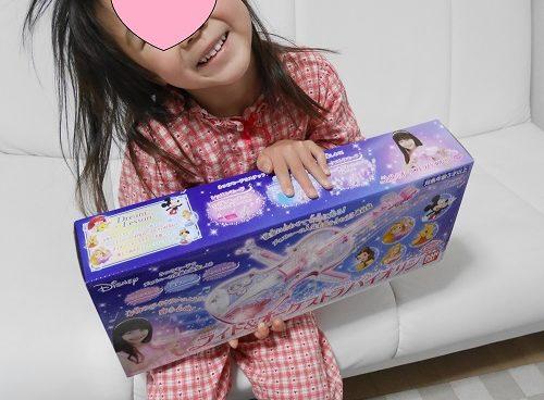 ディズニーのバイオリンをクリスマスプレゼントでもらって喜ぶ4歳女の子