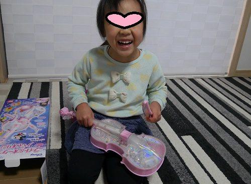 ディズニーのバイオリンのピンクでミッキーのセリフに笑う女の子