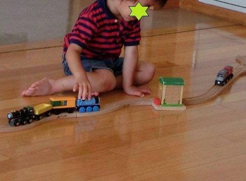 ブリオのレールセットで遊ぶ2歳の男の子