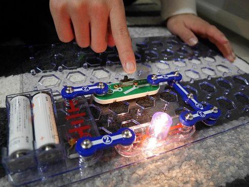 電脳サーキット100で電球をつけている小学生