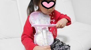 バイオリンのディズニーおもちゃを弾いている4歳の女の子