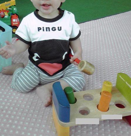 ハンマートイで楽しそうに遊ぶ、1歳11か月の男の子