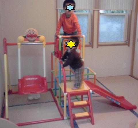 アンパンマンのブランコパークの口コミ・遊んでいる2歳半と0歳の兄弟