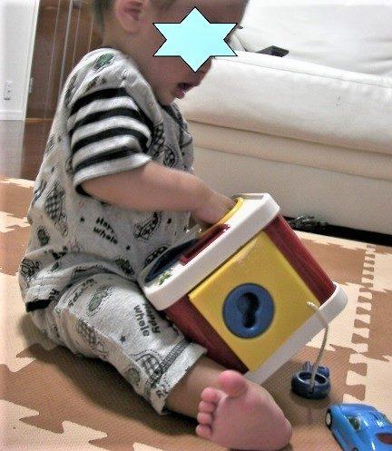 アンビトーイのロックブロックで遊んでいる1歳の男の子の口コミ