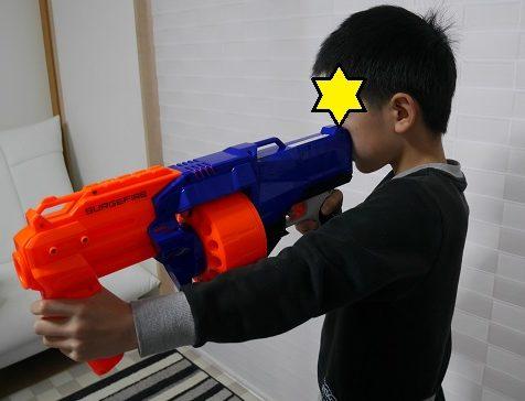 ナーフ銃のエリートシリーズで連射をする小学生男の子