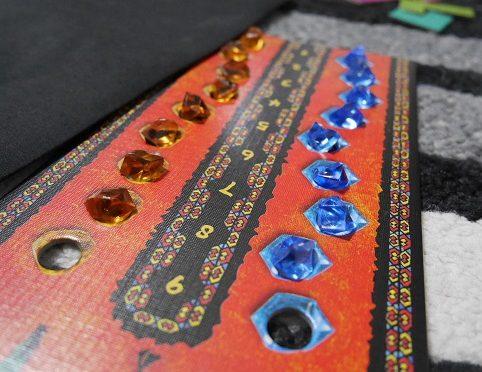ウボンゴのラウンドトラックボードに宝石が置かれているところ