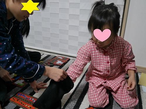 ウボンゴの宝石を選んでいる4歳女の子