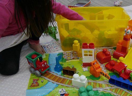 アンパンマンブロックラボで遊んでいる5歳女の子