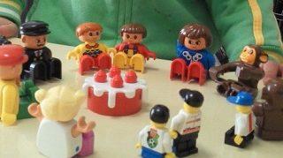 レゴデュプロの人形で遊ぶ男の子
