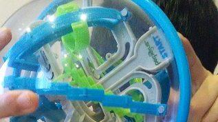 立体迷路のおもちゃで遊んでいる子供