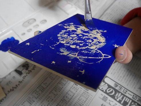 版画の板にインクを筆で塗っていくところ