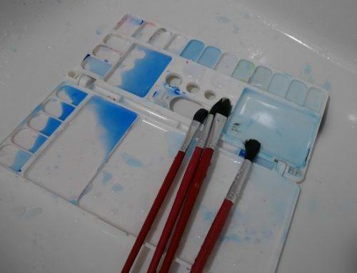 版画のインクとパレット、筆を洗面所で洗っているところ
