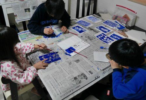 小学生と家で版画をしているところ