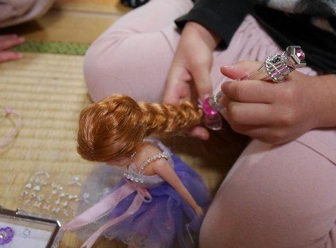 ジュエルアップカレンちゃんのジュエルペンで髪の毛にジュエルストーンをつけているところ