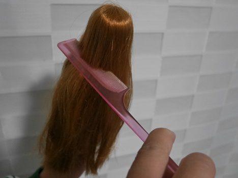 ジュエルアップかれんちゃんの髪の毛を、くしでとかしているところ。