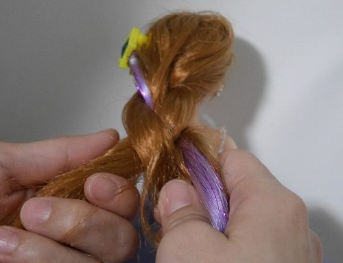 ジュエルアップかれんちゃんの髪の毛を三つ編みで編んでいるところ