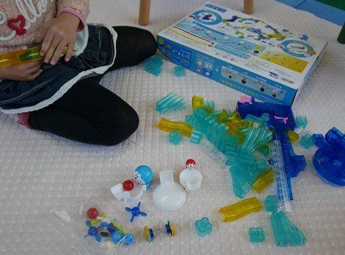 ころがスイッチで遊ぶ4歳の女の子