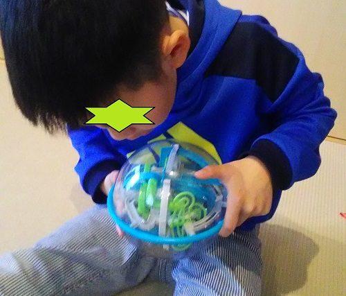 パープレクサスルーキーで遊んでいる小学2年生の男の子