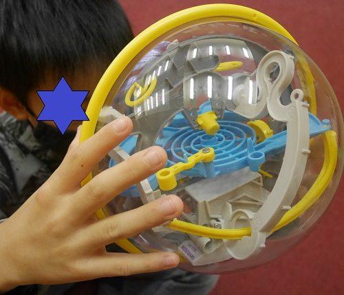 パープレクサスオリジナルで遊んでいる小学生の男の子