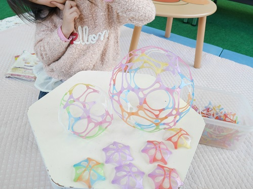 コクヨのワミーでボールを作っている女の子