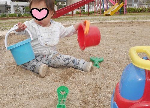 砂場セットで遊ぶ1歳の子供