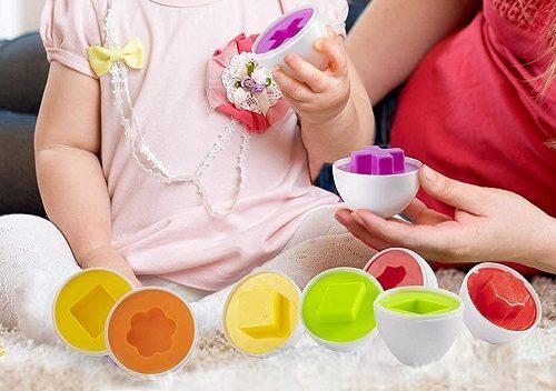 卵の形合わせのおもちゃで遊ぶ女の子