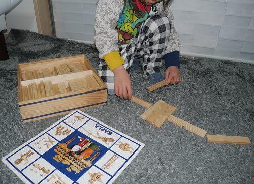 カプラで遊んでいる3歳の女の子