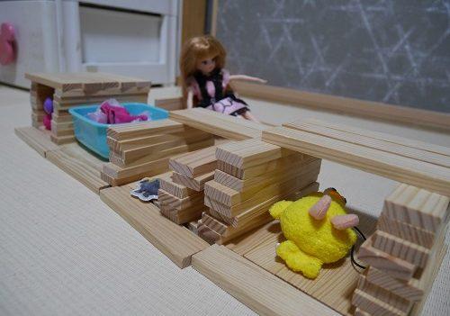 カプラでリカちゃん人形の家をつくっている女の子