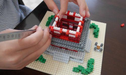 ナノブロックの五重塔を作っている小学生(9歳)の男の子