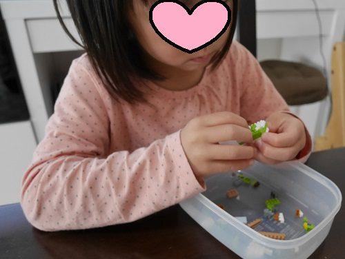 ナノブロックの余ったパーツを自由に組み合わせて作品を作っている、当時5歳の娘。