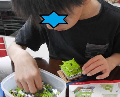 ナノブロックの姫路城を作っている小学5年生の男の子