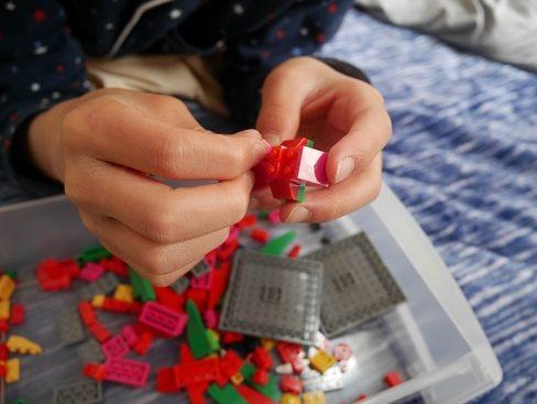 ナノブロックのピースを組み立てている子供