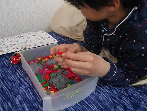 ナノブロックを組み立てている小学生の男の子