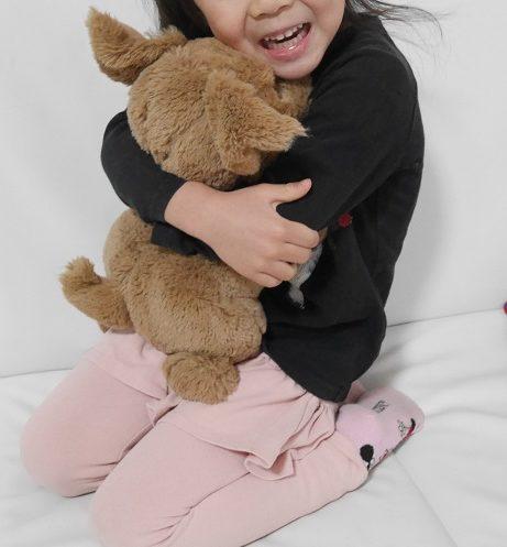 おしゃべりダッキーを抱っこしている5歳の女の子